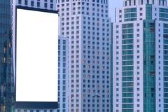 tabellone per le affissioni in bianco sulla costruzione alla notte Immagini Stock