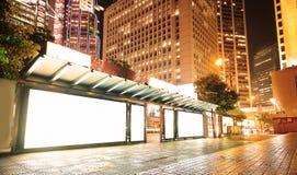 Tabellone per le affissioni in bianco sulla fermata dell'autobus alla notte Fotografia Stock