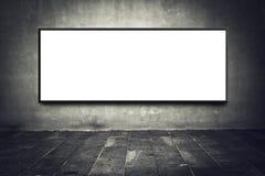 Tabellone per le affissioni in bianco sulla parete della via Fotografia Stock
