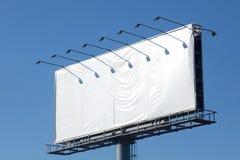 Tabellone per le affissioni in bianco sulla strada Fotografia Stock