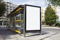 Tabellone per le affissioni in bianco in una fermata dell'autobus Fotografia Stock Libera da Diritti