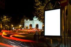 Tabellone per le affissioni in bianco in una notte della città fotografie stock libere da diritti