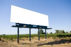 Tabellone per le affissioni in bianco in una vigna Immagini Stock Libere da Diritti
