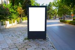 Tabellone per le affissioni in bianco verticale con lo spazio della copia per il vostro messaggio di testo o contenuto, all'apert immagini stock