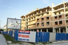 Tabellone per le affissioni in bianco vicino ad una costruzione nella costruzione fotografie stock libere da diritti