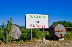 Tabellone per le affissioni che dice il benvenuto al Chianti con i barilotti Fotografia Stock