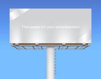 Tabellone per le affissioni dello spazio libero su cielo blu. Fotografia Stock