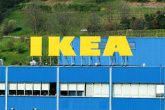 Tabellone per le affissioni di IKEA davanti al loro proprio rivenditore degli apparecchi Fotografie Stock