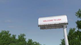 Tabellone per le affissioni grande d'avvicinamento della strada principale con il benvenuto al titolo di U.S.A. archivi video