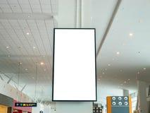 Tabellone per le affissioni LCD di pubblicità in bianco TV sulla parete all'aeroporto fotografie stock libere da diritti