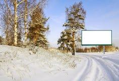 Tabellone per le affissioni nella foresta di inverno Fotografie Stock