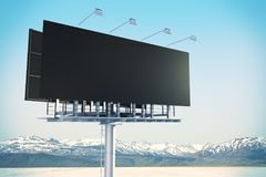 Tabellone per le affissioni nero vuoto in cielo Immagine Stock