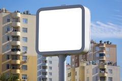 Tabellone per le affissioni quadrato nella città, modello in bianco immagine stock libera da diritti