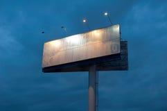Tabellone per le affissioni in ritardo in sera Fotografia Stock Libera da Diritti