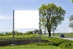 Tabellone per le affissioni sul campo verde immagini stock