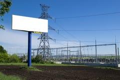 Tabellone per le affissioni vicino alla centrale elettrica fotografia stock libera da diritti