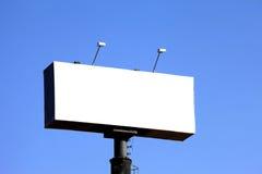 Tabellone per le affissioni vuoto con cielo blu Immagine Stock