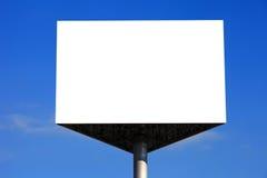 Tabellone per le affissioni vuoto con cielo blu Immagini Stock Libere da Diritti