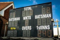 Tabellone segnapunti elettronico del cricket che mostra inseguimento funzionato nei secondi inning immagini stock