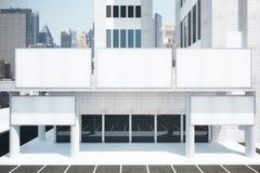 Tabelloni per le affissioni bianchi in bianco su costruzione moderna nel distretto urbano Immagine Stock Libera da Diritti