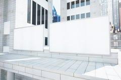 Tabelloni per le affissioni bianchi in bianco sulla costruzione industriale di stile all'alba, Fotografie Stock Libere da Diritti