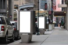 Tabelloni per le affissioni bianchi vuoti su una cabina telefonica di due pubblico fotografia stock libera da diritti