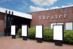 Tabelloni per le affissioni in bianco davanti al teatro Immagini Stock Libere da Diritti