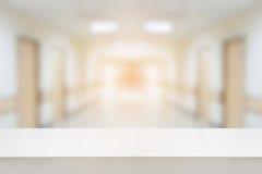 tabellräknare med inre korridorbakgrund för sjukhus Arkivbilder