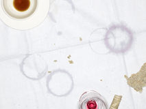 Tabelltorkduk med tomma kopp- och exponeringsglas- och fuktighetscirklar Royaltyfria Foton