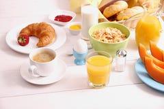 Tabelluppsättning för frukost och sund mat Fotografering för Bildbyråer