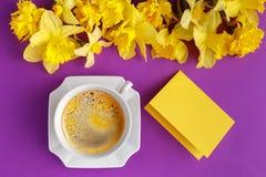 Tabelluppsättning med kopp kaffe- och pingstliljablommor Arkivfoto