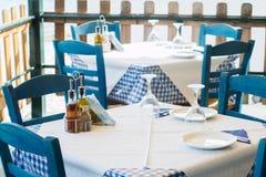 Tabelluppsättning på den tomma utomhus- grekiska restaurangen Arkivbild