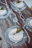 Tabelluppsättningservice med bestick- och exponeringsglasstemwaren Arkivbilder