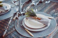 Tabelluppsättningservice med bestick- och exponeringsglasstemwaren Royaltyfria Bilder