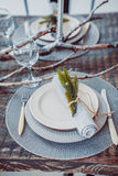 Tabelluppsättningservice med bestick- och exponeringsglasstemwaren Royaltyfri Foto