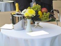 Tabelluppsättningen för romantisk matställe med champagne blommar och bär frukt Royaltyfri Foto