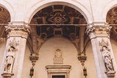 Tabernáculo de mármol Cappella di Piazza con las estatuas de los santos en Siena imagen de archivo libre de regalías