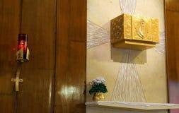 Tabernáculo dourado e vela iluminada na igreja imagem de stock royalty free
