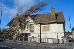 A taberna da ponte em St Neots com a árvore caída em dano do telhado Fotografia de Stock
