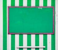 Tablón de anuncios de la playa Turismo etc Hecho andrajos, viejo, llevado Imagenes de archivo