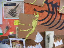 Tablón de anuncios de la sala de clase con tema del dinosaurio Foto de archivo libre de regalías