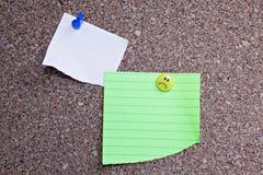 Tablón de anuncios del corcho con las notas fotografía de archivo libre de regalías