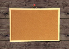 Tablón de anuncios del corcho en la pared de madera Fotos de archivo libres de regalías