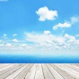Tablón de madera como embarcadero en fondo azul del mar y del cielo Fotos de archivo