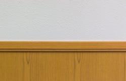 Tablón de madera contra el muro de cemento blanco Fondo de la bandera Fotografía de archivo