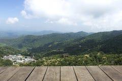 Tablón de madera del vintage, piso, opinión de perspectiva de la tabla de la montaña con el cielo azul Fotos de archivo