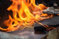 Tablón de madera en el fuego Imagenes de archivo
