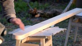 Tablón de madera de pulido con la chorreadora de la correa al aire libre almacen de video