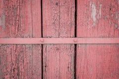 Tablón de madera resistido viejo pintado en el coral de vida, color rosado con la tira de metal, fondo de madera de la pared de l imagenes de archivo
