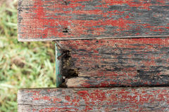 Tablón de madera viejo con el fondo de la hierba verde de la falta de definición Foto de archivo libre de regalías